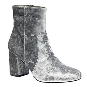 🆕️NIB hippie laundry silver velvet bootie